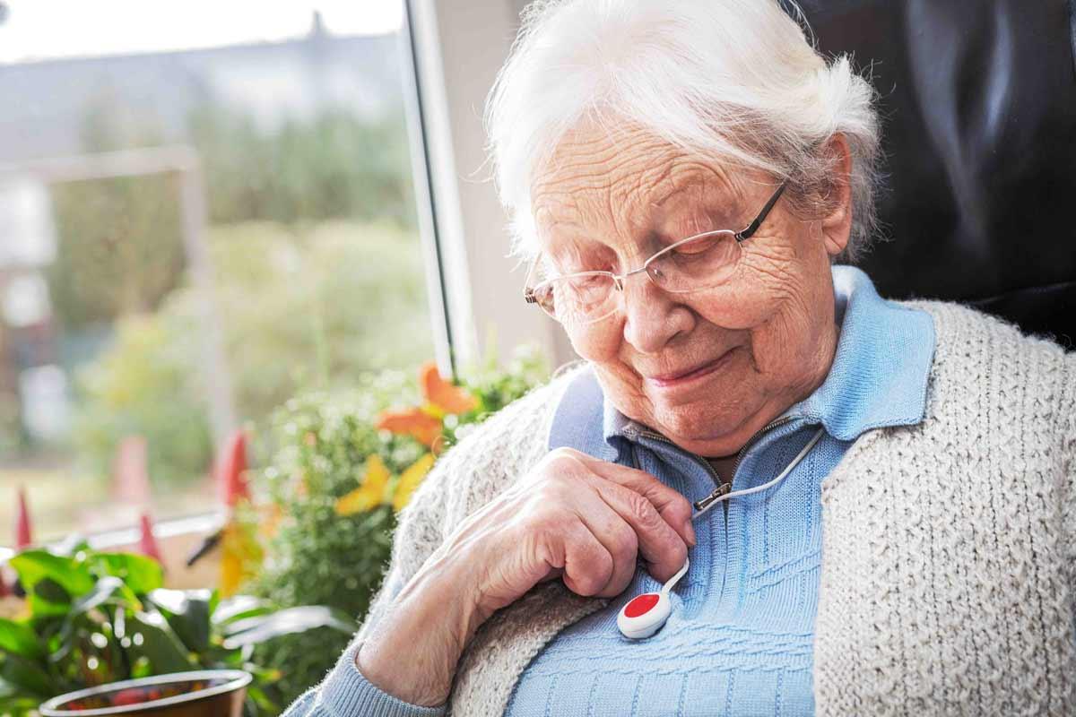 Hausnotruf-Ratgeber: Die schnelle Notfallhilfe per Knopfdruck für zuhause gibt Senioren und ihren Angehörigen ein sicheres Gefühl. Wertvolle Tipps & Informationen zu Funktionsweise, Kosten und Anbietern!