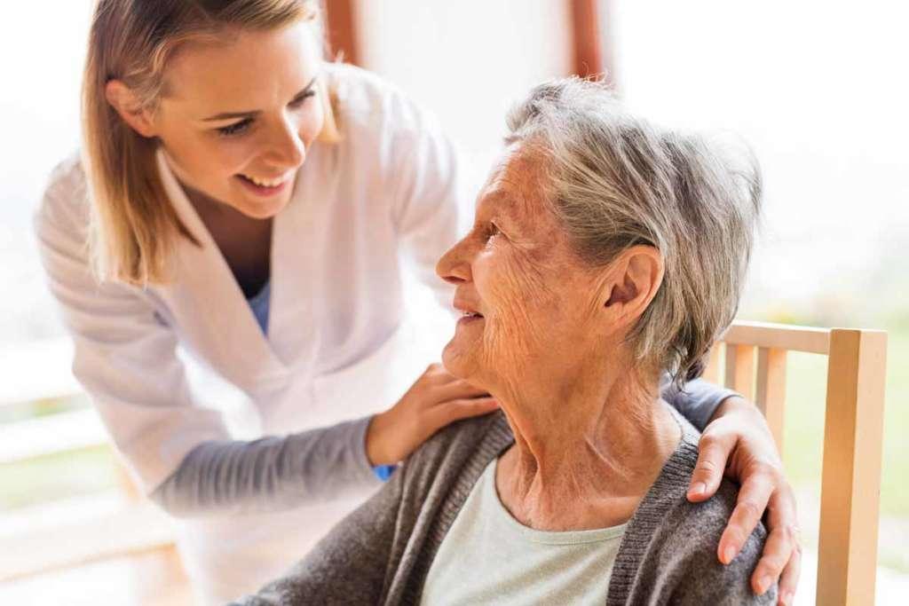 Hausnotruf für Senioren mit Tagestasten-Funktion: Mit der Tagestaste melden, dass es Ihnen gut geht.